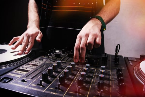 How to Scratch DJ? The Unlimited Guide to Learn Scratching
